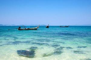 barcos de pesca na praia de phuket, tailândia foto