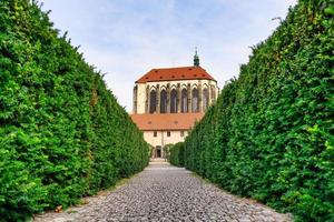 vista sugestiva da igreja da virgem maria da neve do jardim dos franciscanos foto