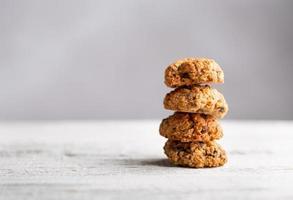 pilha de biscoitos de aveia frescos foto