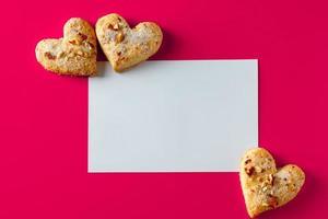 cartão do dia dos namorados e biscoitos foto