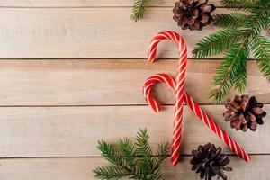 ramos de abeto e doces em fundo de madeira. conceito de Natal e ano novo. foto