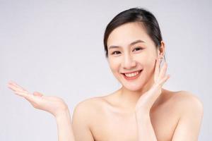bela jovem asiática com pele limpa, fresca, sobre fundo branco, foto