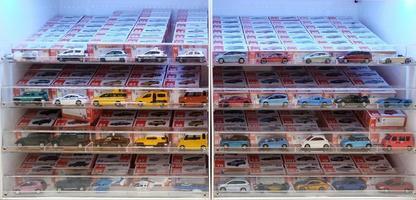 Bangkok, Tailândia - 30 de setembro de 2018 exposição de prateleira de brinquedos de carro tomica no supermercado. foto