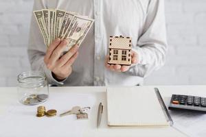 casa de madeira do dinheiro do corretor de imóveis foto