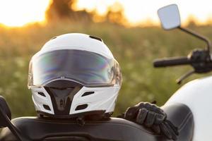 vista frontal capacete de motocicleta sentado de bicicleta foto