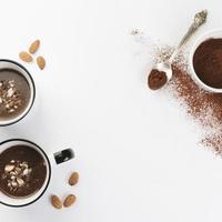 chocolate quente nozes cacau em pó foto