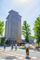paisagem urbana panorama edifícios bicicletas tráfego em groningen holanda holanda. foto