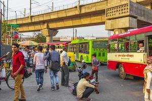 grande tráfego tuk tuks ônibus pessoas new-delhi delhi india. foto