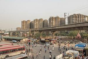 tuktuks de grande tráfego, ônibus e pessoas - Nova Deli, Deli, Índia foto