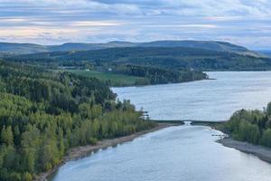 parte da área da costa alta em vasternorrland, Suécia, com uma ponte sobre uma enseada no fundo. foto