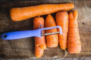 cortando cenoura fresca foto