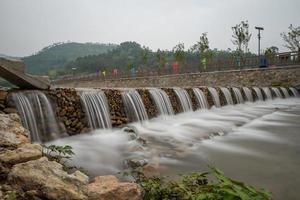 rios e pontes em aldeias de montanha foto