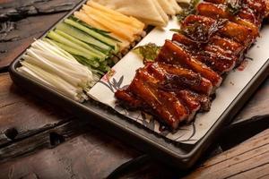 pratos de banquete chinês tradicional, carnes grelhadas revestidas foto