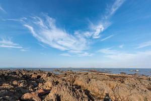 recife amarelo e mar sob o céu azul foto