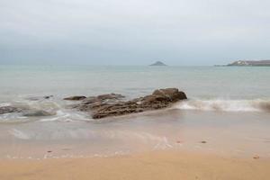 manhã nublada, água do mar, recifes e ilhas foto
