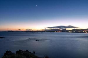 à noite, o mar bateu nas rochas foto