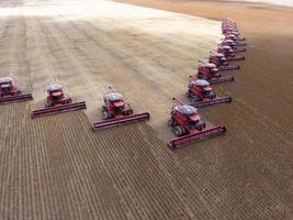 colheita em massa de soja em fazenda no estado de mato grosso, brasil foto
