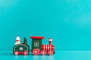 trem de natal em um fundo azul, conceito de feliz natal foto