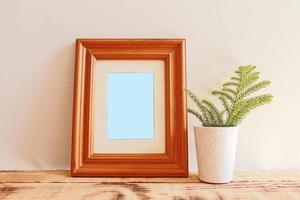 maquetes de moldura de madeira com fundo de madeira foto