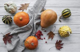 composição de outono, outono aconchegante, abóboras e folhas foto