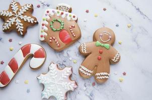 biscoitos de gengibre de natal em fundo de mármore branco foto