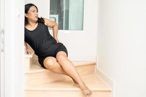 Paciente mulher asiática de meia-idade, mulher, caiu da escada devido a superfícies escorregadias foto