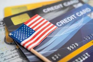 bandeira americana no cartão de crédito. desenvolvimento de finanças, conta bancária, estatísticas, economia de dados de pesquisa analítica de investimento, negociação de bolsa de valores, conceito de empresa de negócios. foto