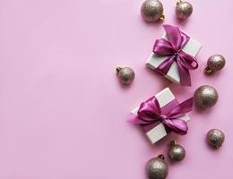 presentes de Natal, decorações rosa em fundo rosa pastel. foto