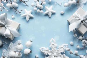 moldura feita de decorações brancas em fundo azul pastel foto