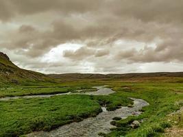 rio do parque nacional deosai e céu nublado foto