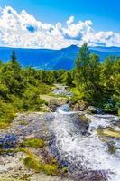 incrível paisagem norueguesa com bela cachoeira do rio em Yang, Noruega foto