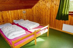 decoração interior de férias de casa de campo. quarto com camas na noruega foto