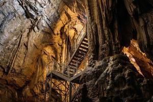 foto de baixo ângulo de uma escada instalada dentro de uma caverna natural