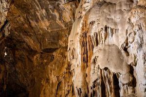 belas formações rochosas dentro de uma caverna natural foto