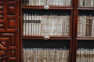 close up de uma prateleira de uma biblioteca histórica de palafox em puebla, méxico foto