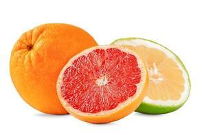 composição de frutas toranja, laranja e doce isolado no fundo branco. foto