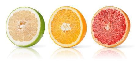 frutas cítricas metades coleção de toranja, laranja e doce isolado no fundo branco. foto