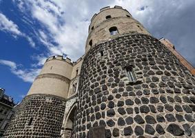 hahnentorburg parte da muralha da cidade medieval de colônia contra o céu nublado foto