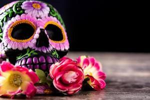 katrina de crânio mexicana típica e diadema de flores foto