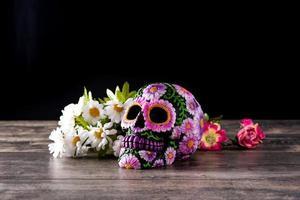 crânio mexicano e diadema de flores foto