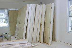 nova casa instalando material para reparos em um apartamento está em construção, reforma, reconstrução e renovação da porta foto