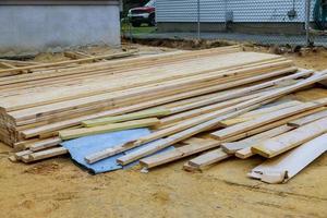 pilha de descarregamento de vigas de madeira no prédio de construção de materiais de construção de viga foto