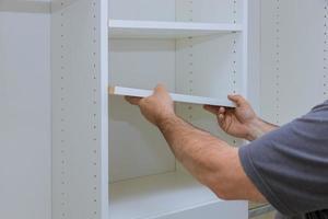montando estantes com casa um novo apartamento foto