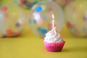 bolinhos de feliz aniversário brilhantes com velas foto