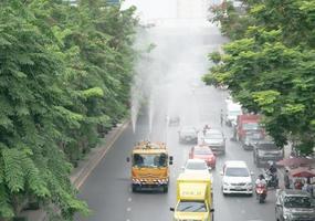 Bangkok, Tailândia - o caminhão de spray de água para tratamento de poluição do ar foto