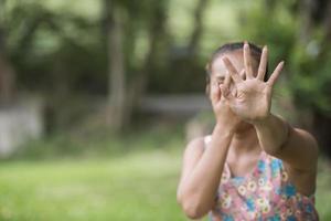 mulher mostrar mão parar tirar foto dela