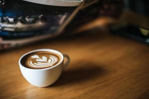 latte art em xícara de café na mesa do café foto