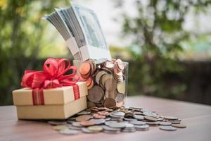 grupo de moedas e notas de euro em uma jarra de vidro. foto