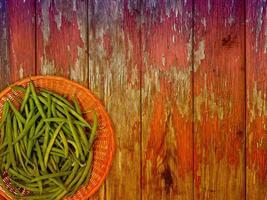 feijão vegetal em fundo de madeira foto