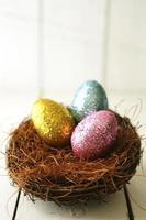 ovos de páscoa coloridos naturezas mortas com luz natural foto